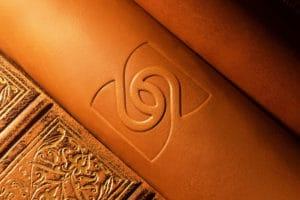simbolo rilievo su cuoio