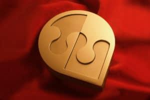 Ora il Simbolo è Qui, posizionato sul velluto rosso.